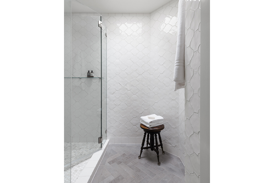 h05-kristen-haller-bathroom-white-pattern-tile